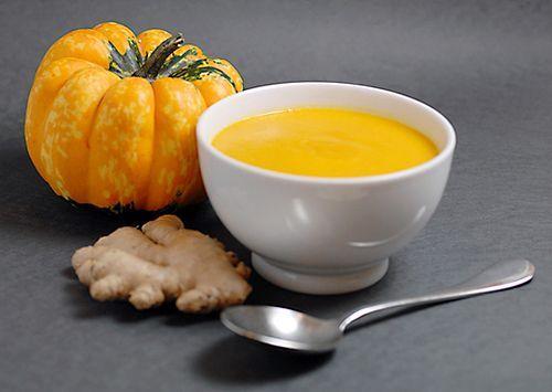 La zuppa di zucca e zenzero è un piatto colorato e invernale, da servire caldo accompagnato a crostini di pane. Questo piatto è tutto a base di verdure, per questo adatto ad una alimentazione vegetariana e anche vegana.