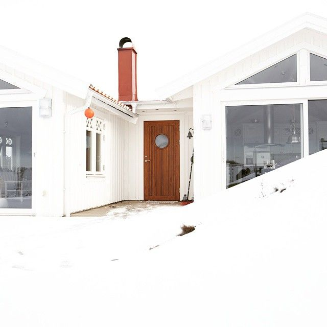 A swedish summer house with a warm welcoming entrance door. Visit www.bovalls.com #entrancedoors #woodendoors #frontdoors #beautifulhouse #lakehouse #ytterdører #teakdörr #scandinavianhouse #hyttedør #hytte
