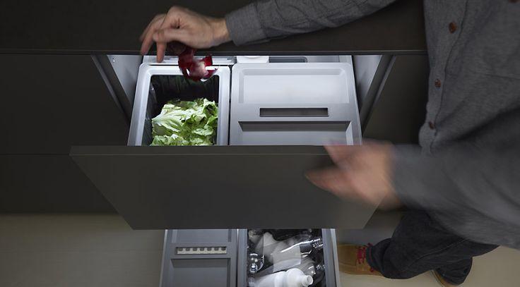 Mueble para reciclar en la cocina dica. Con cubos de diferentes tamaños para facilitar la separación de residuos. #cocinas #cuberteros #orden #kitchen #interiors #interiores #deco #homedecor #furniture #design #diseño #cocinasdiseño #cocinasmodernas #reciclaje