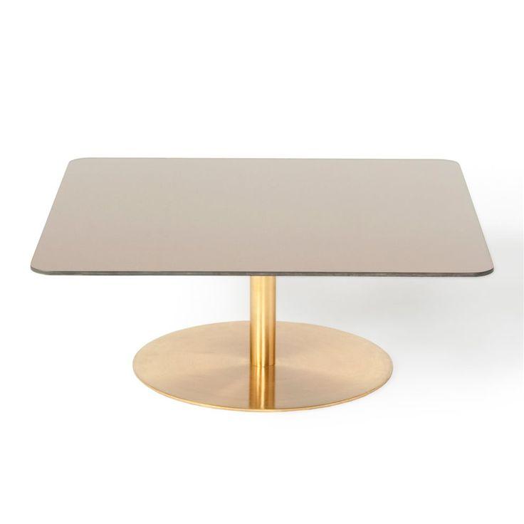 Schoonheid door eenvoud. De Flash bijzettafel is strak, modern en staat stevig met één been op de grond. De kleuren grijs en goud zijn opvallend maar toch rustig en mengen zich in het interieur. Deze Tom Dixon tafel straalt klasse uit.