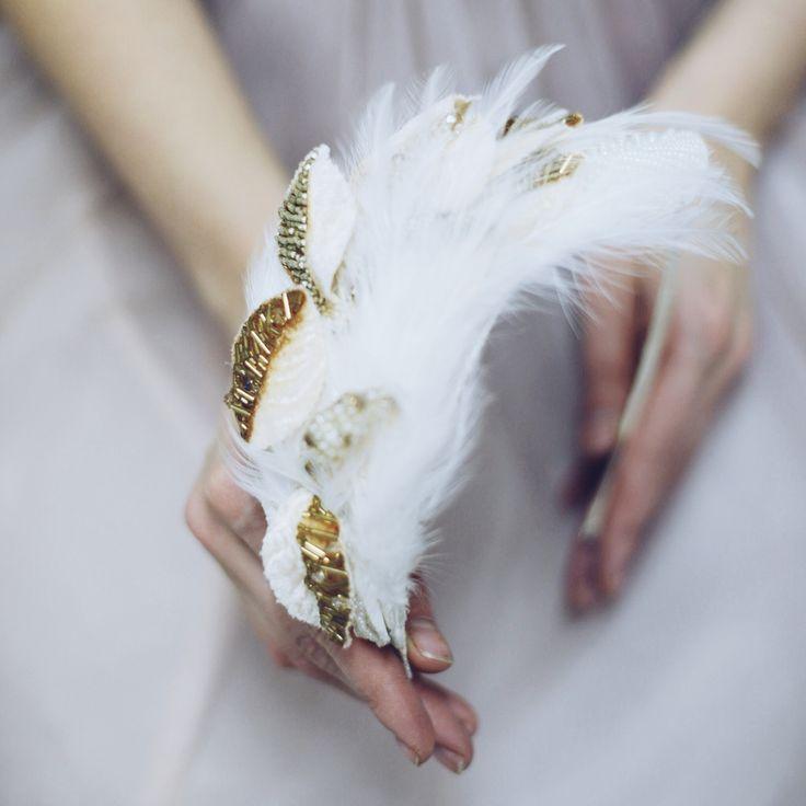 Ободок с вышитыми листиками золотом и перьями
