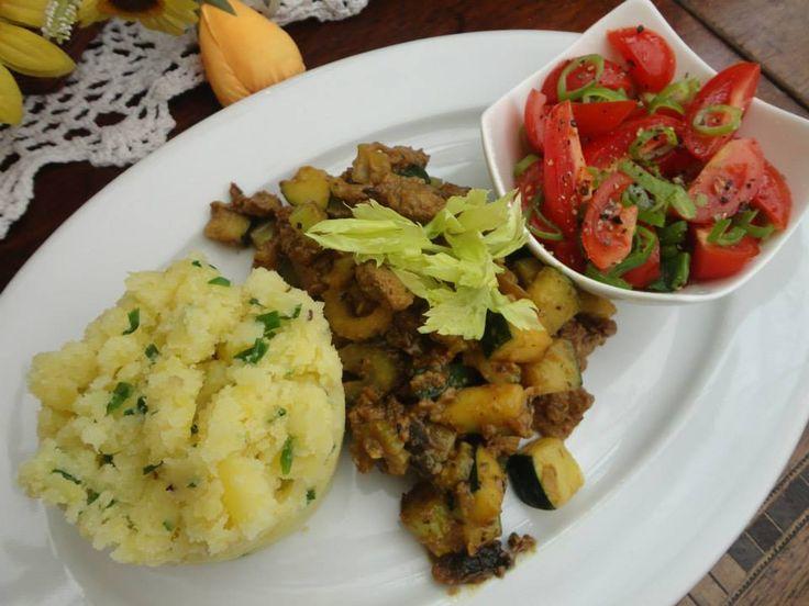 Kytičkový den - ojové maso na houbách s řapíkatým celerem a cuketou,brambory s pažitkou a rajčatový salát - Sojové maso povaříme v osolené vodě s houbami a necháme odstát.Potom přes cedník slejeme vodu,sojové maso s houbami podusíme na cibulce,oprásklé do sklovita na olivovém oleji,dochutíme trochou drceného kmínu,solí a pepřem.Po chvíli přidáme na kousky pokrájený řapíkatý celer s cuketou,zakápneme worchestrem a společně ještě chvíli dusíme,aby celer a cuketa zůstaly křupavé