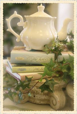 Love ~ pretty way to add more height, other than just using books alone~❥