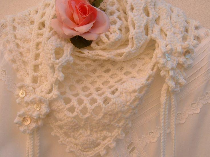 Sciarpa all'uncinetto in pura lana bianca con fiori e trecce-Scaldacollo crochet-Stile romantico e femminile. Scialle morbido fatto a mano