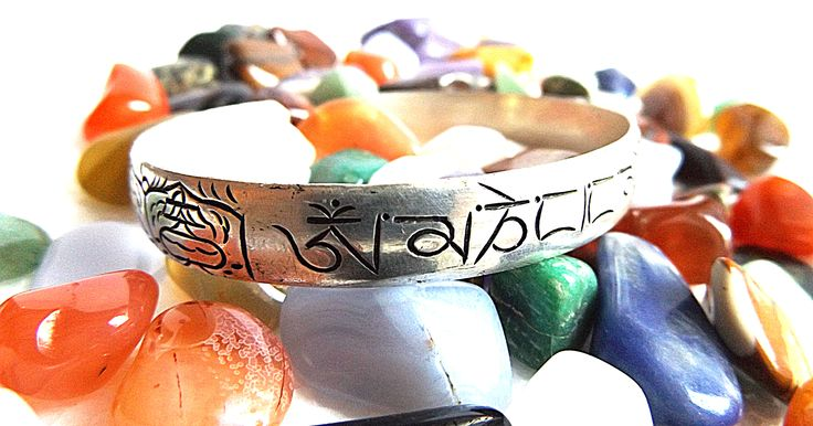 """""""Káprázatos Intuíció"""" mantrás holdkő ékszer csomag ingyenes szállítással ˇ a fotón a mantrás karperecet láthatod --› 8 szerencsejel és Ommanipemehung mantra díszíti  ˇ további részletek itt: http://www.tibetan-shop-tharjay-norbu-zangpo.hu/idealis_megoldasok_129/holdko-ekszer-csomag-ingyen-futarral-2"""