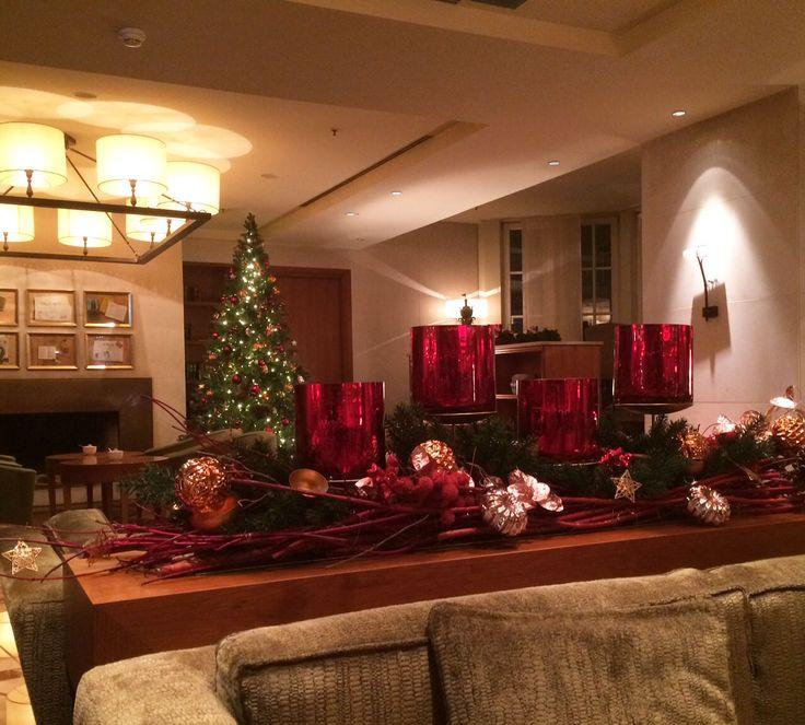 Weihnachstdekoration mit Weide und Windlichtern