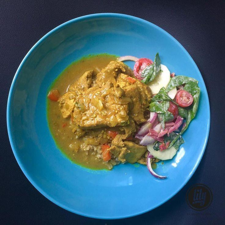 Me declaro fanática de la comida Hindú especialmente por el pollo al curry me encanta. Ya varias veces he publicado Esta receta pero cada vez qué lo hago la varío. . Este es mi forma de hacerlo no precisamente es la receta original  por si me lee Un hindú no este poniendo Esta Cara  .  Pollo al curry .  1 pechuga de pollo 1 zanahoria 1 pimentón 1 cebolla  1cdta de aceite de sésamo  3 cdas de curry 1 sobre de stevia 1 cda de cúrcuma  1 cebolla 1/2 calabacín 1 cda de jengibre La piel de 1/2…