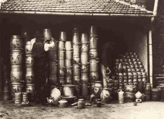 Das Fertigwarenlager zeigt unsere Produktionspalette zu dieser Zeit (1942). Einmachtöpfe mit und ohne Malereien, Schmalztöpfe, Kaninchenfuttertröge, Kaffeekannen, Ölkrüge...