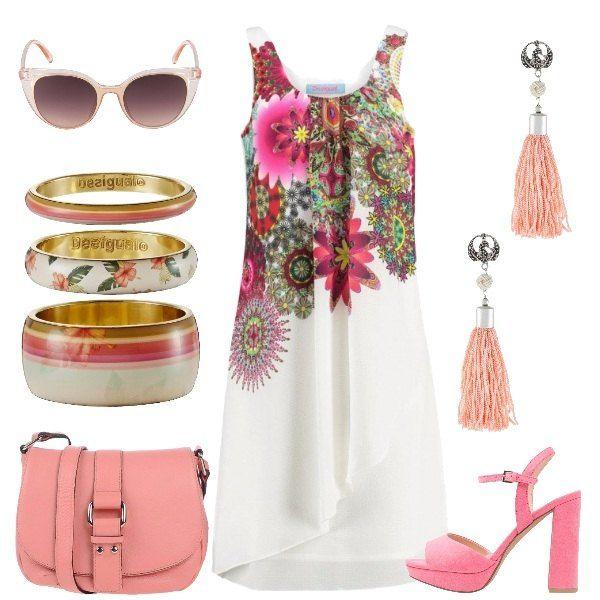 L'abito in fantasia floreale con scollo tondo è abbinato in questo outfit a sandalo rosa con tacco alto e plateau e borsa a tracolla in pelle. I bracciali sono bangles colorati e gli orecchini sono rosa chiaro. Gli occhiali da sole sfumati completano il look.