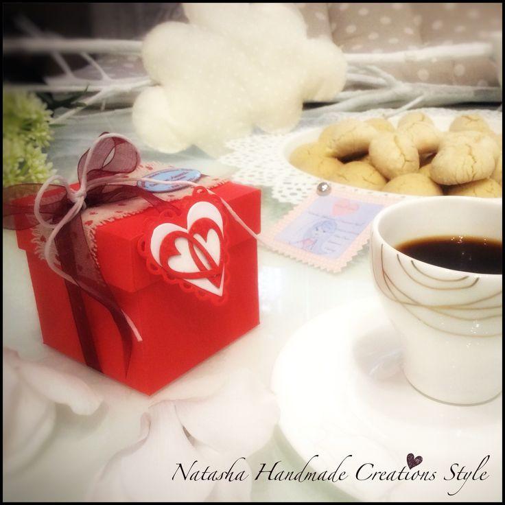 Non c'è cosa migliore, che iniziare la giornata con dolcezza e lentamente, quando posso concedermelo, con il mio amato caffè e biscottini zuccherosi...e perché no con una coloratissima scatolina dove riporli se volessimo regalarli a qualcuno che ci sta a cuore...