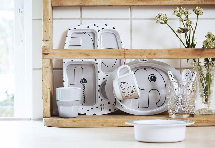 Das 5-teilige Kinder-Geschirr von Done by Deer besteht aus hochwertigem Melamin, ist kindgerecht designt und spülmaschinenfest. Mehr Infos findet Ihr unter www.kleinefabriek.com