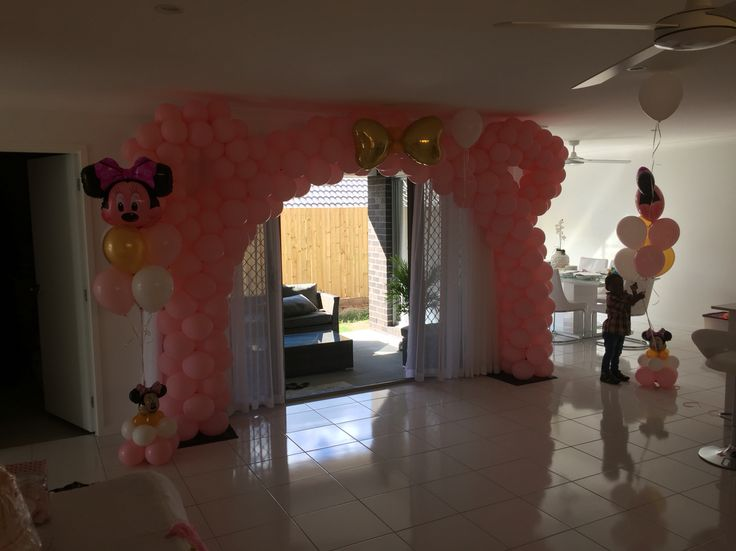 Minnie Mouse balloon arch pink and gold