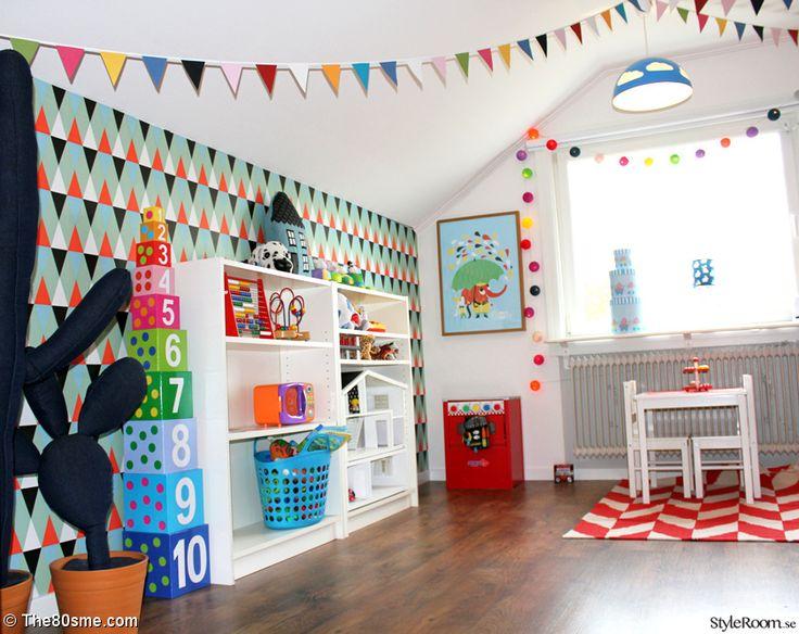 Barnrum med färgglad tapet