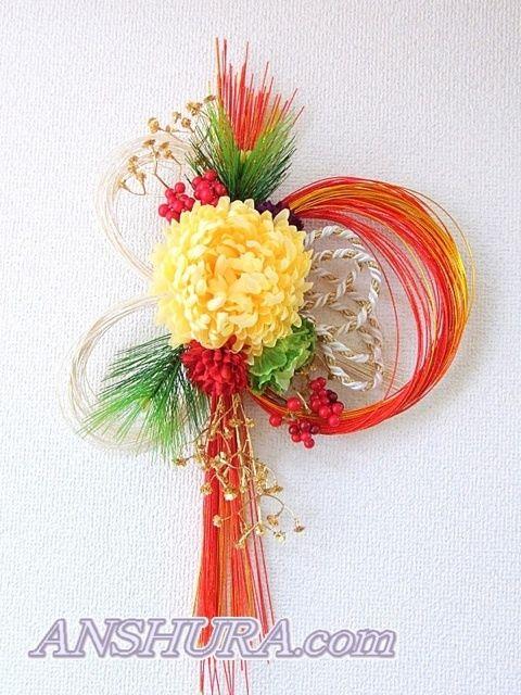 紅白で明るいお色味のお正月飾り☆Nsamaの作品です☆花材を選ぶところから、水引の形(紅白金の紐)もNsamaがデザインされています☆お正月らしい華やかさがあ…