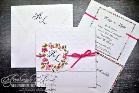 Partecipazioni di nozze con ghirlanda di fiori con iniziali