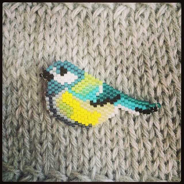 Une petite mésange s'est posée sur mon #tricot D'après un modèle de @rose_moustache ✨ #miyuki #tissage #jenfiledesperlesetjassume #brickstitch #broche #brooch #oiseau #mésange #bird #greattit #chickadee #motifrosemoustache