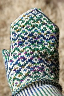 Akay is a mitten knitted in latvian style with a corrugated ribbing and two latvian braids. Only two colours are used in one row.