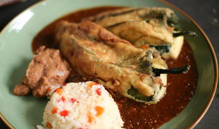 I peperoncini piccanti ripieni al formaggio sono un antipasto sfizioso tipico della cucina messicana, che va gustato molto caldo anzi quasi bollente.