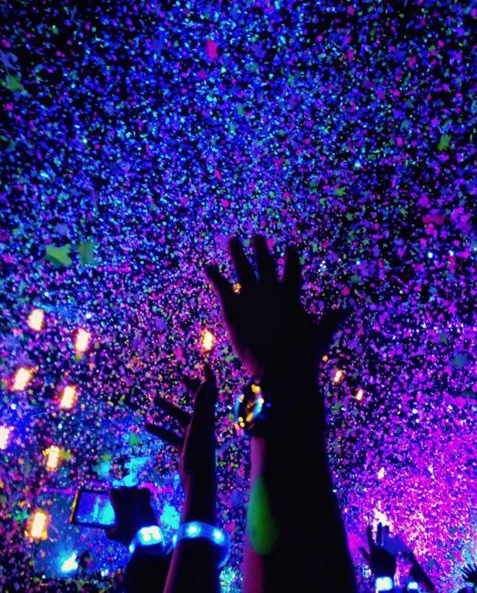 Tanto que por unos segundos, te sentiste amigo de decenas de miles de personas. | 19 Cosas que definitivamente te pasan en un concierto de Coldplay