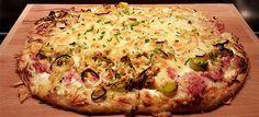 Plaatpizza met gebakken prei, ham en ui. Lekker fris door de crème fraiche en zo…