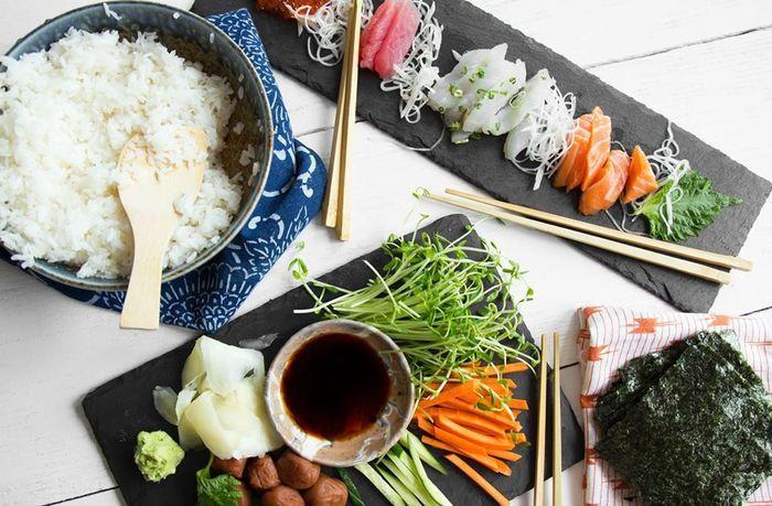 みんなでワイワイの楽しい手巻き寿司パーティ♪たくさんの食材でゴチャゴチャしがちなテーブルも、スレートプレートなら落ち着きが生まれます。
