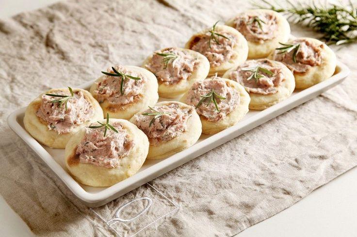 Tigelle con pesto di lardo e salsiccia