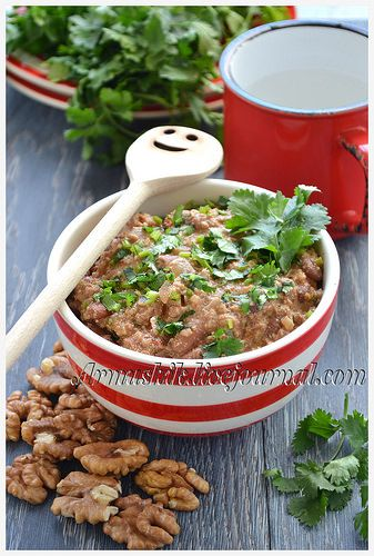 Сациви – знаменитый грузинский соус, который преображает любое обычное блюдо,например,простую фасоль- в изумительно-вкусное угощение.В переводе сациви означает «холодное блюдо». 250г фасоли 2 ст. л. подс. масла 1 головка лука 150г грецких орехов 3 веточки кинзы острого стручкового…