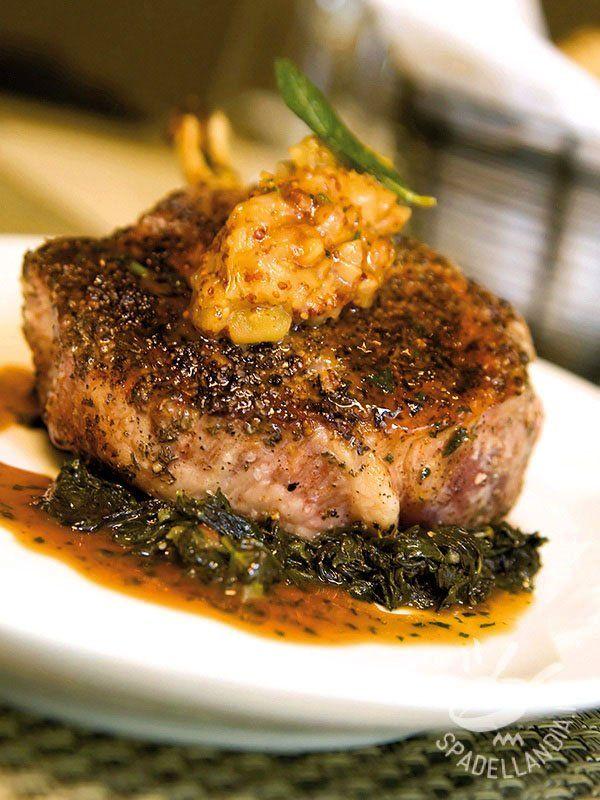 Pork tenderloin with mustard - Il Filetto di maiale con senape e mela su letto di spinaci è una pietanza saporita e ricca di ferro che si presta anche per una cenetta più raffinata. #filettoallasenape