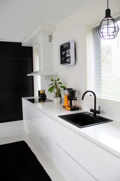 keittiö,mustavalkoinen,mustavalkoinen keittiö,musta hana,keltainen kahvinkeitin