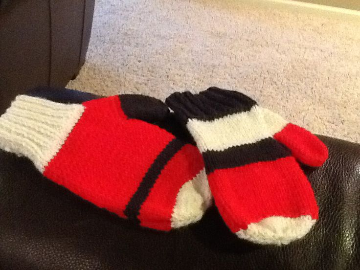 Gloves knit: matching colors, variant pattern