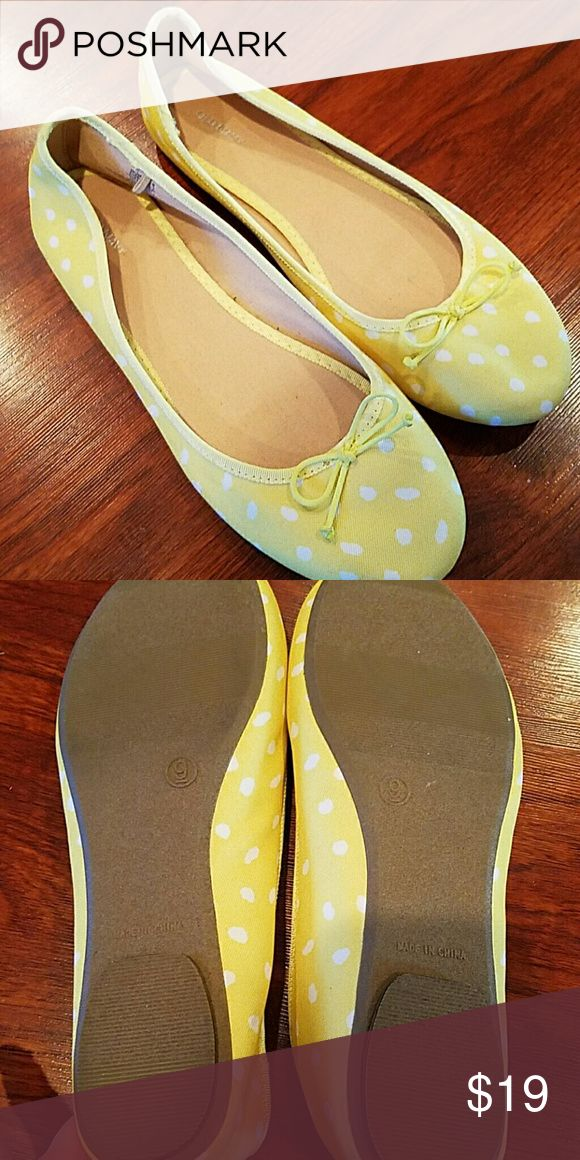 NWOT Old Navy ballet flats canvas size 9 In pic 4 there is a little smudge from storage probably will wipe off Old Navy Shoes Flats & Loafers