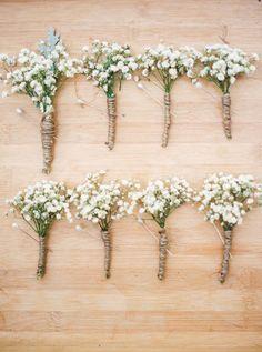 Des bouquets à moindre coût. Des fleurs des champs, de la corde et le tour est joué.