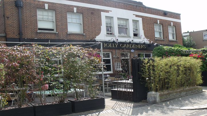 Jolly Gardeners - This friendly air conditioned pub in Putney serves up a feast of fresh pub food catering for all (vegans, vegetarians, wheat intolerances) and an enormous array of drinks.