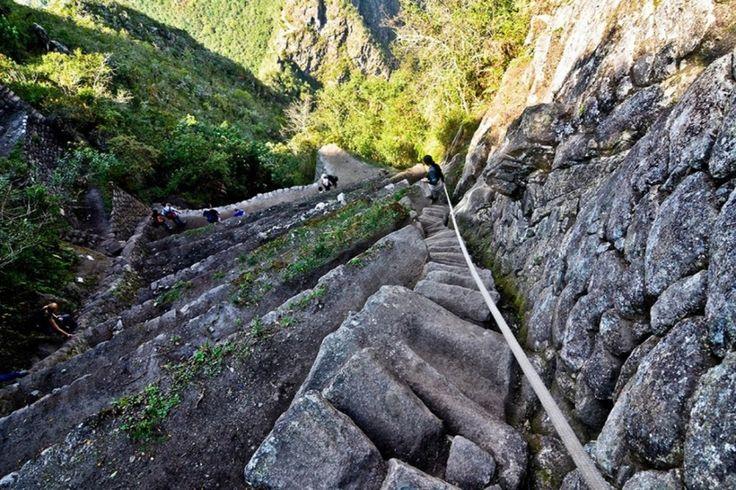 HAUNYA PICCHU (PÉROU) - À seulement quelques centaines de mètres au nord de l'ancienne cité inca du Machu Picchu, on peut l'observer du haut de ses 2 720 m. situé côté versant oriental de la cordillère des Andes.  Afin de préserver l'intégrité du site, les autorités péruviennes en ont limité l'accès à deux groupes de 200 personnes par jour. L'accès se fait à flanc de montagne sans garde-fou, les marches d'une largeur de 1 à 2 m sont entourées d'un à pic et du flanc de la montagne.