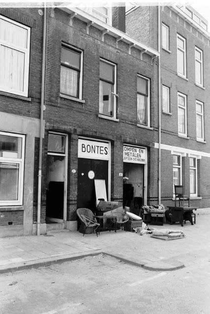 Rotterdam - Bloklandstraat. Dit is toch wel uniek en niet meer in het straatbeeld aanwezig.