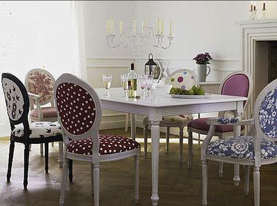 Des chaises dépareillées et de la couleur pour une déco très gaie / Melting chairs and colors for a happy decoration.   Source : Home & Garden