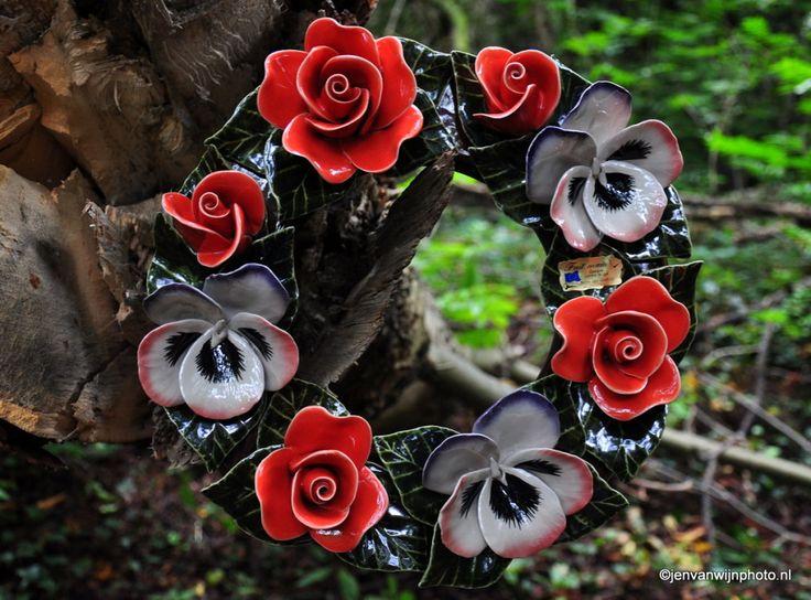 rouwkrans met rozen en violen van keramiek