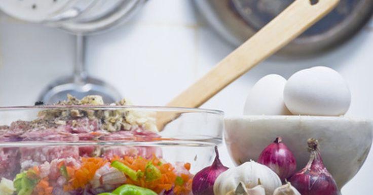 Quais as habilidades necessárias para se tornar um cozinheiro?. As responsabilidades de um cozinheiro envolvem a preparação dos ingredientes dos pratos para uso futuro e o armazenamento e rotulação apropriados desses itens. Obrigações adicionais dependem das ordens do chef, mas normalmente incluem o armazenamento em inventário para entrega, remoção de lixo e limpeza geral da cozinha. A maioria dos restaurantes ...