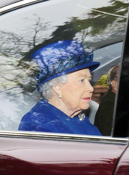 Елизавета II, Кейт Миддлтон, принц Уильям и другие члены королевской семьи посетили службу в Сандрингеме