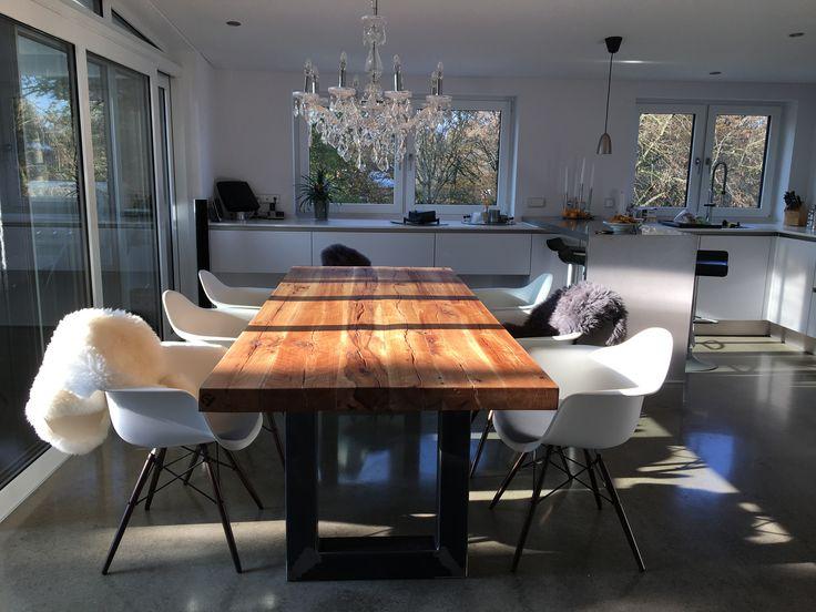 Elegant Esstisch Aus Eichenholz Altholz Balkeneiche / Tischgestell Aus Metall Im  Industriedesign