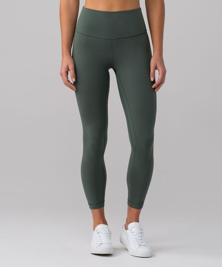 Designed to minimize distractions and maximize comfort, these tight-fitting pants offer light compression with full freedom to move.