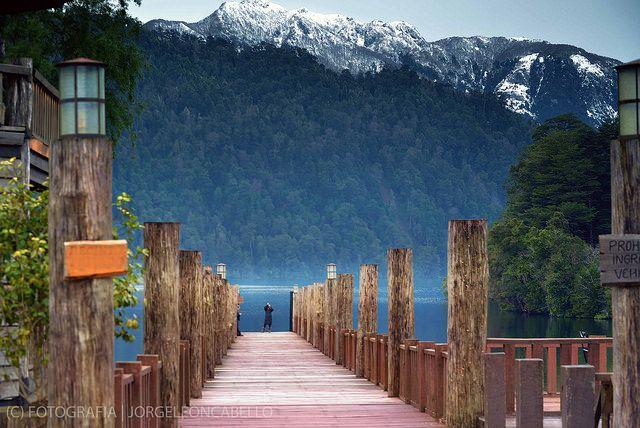 Embarcadero y montañas - Reserva Biológica Huilo Huilo (Puerto Fuy - Chile) - Jorge Leon Cabello