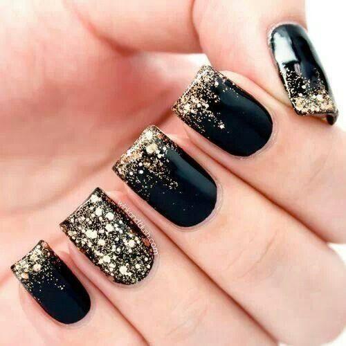 Uñas negras con brillos en dorado