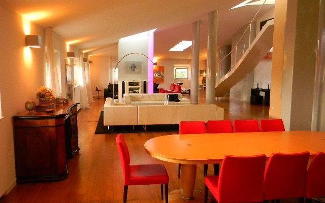<p> Vendita Appartamento al piano Attico con Altana privata a Pisa in Centro Storico sui Lungarni;</p> <p> L'immobile esclusivo nel suo genere, è servito di ascensore e si presenta in perfetto condizioni di manutenzione e conservazione in quanto è stato riscostruito ex novo pochi anni fa;</p> <p> al suo interno si compone di ingresso soggiorno pranzo di circa 150 mq., cucina abitabile e bagno, zona notte, studio, 3 camere e altri 2 servizi.</p> <p> Dalla zona giorno tramite scale a…