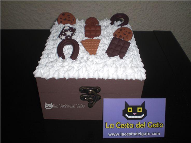 Caja de madera: decorada, pintada y realizada a mano con los siguientes materiales:  -Silicona color blanco (no comestible) -Fimo  *** Pieza única ***  Visítanos en www.lacestadelgato.com