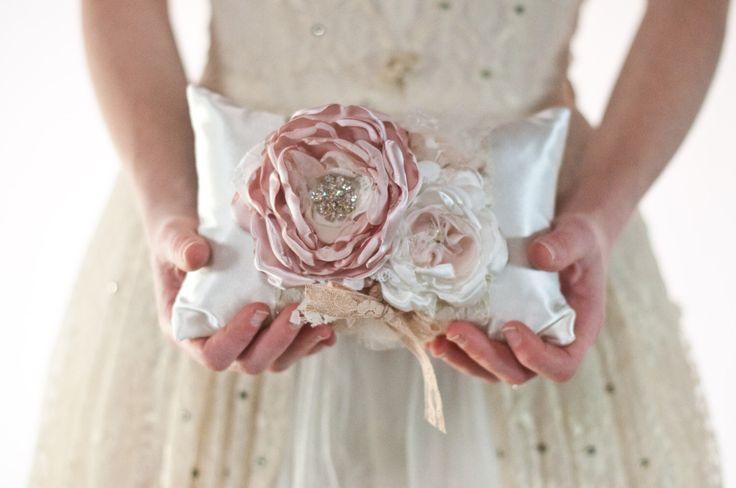 Anello di matrimonio cuscino, cuscino stile vintage matrimonio pizzo anello portatore, blush, polveroso fiore rosa, champagne di Cultivar su Etsy https://www.etsy.com/it/listing/238700441/anello-di-matrimonio-cuscino-cuscino