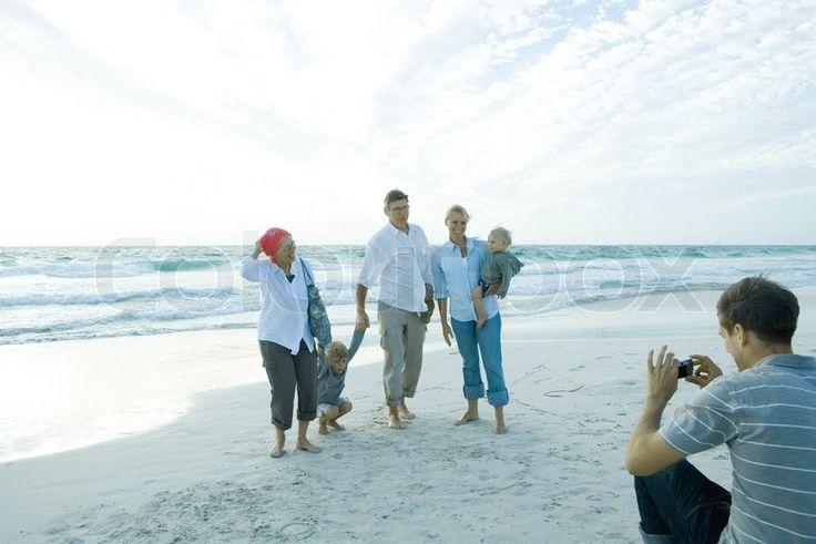 Stock foto af '© Sigrid Olsson / AltoPress / Maxppp ; Tre generation familie på stranden, midt voksen mand tager gruppebillede'