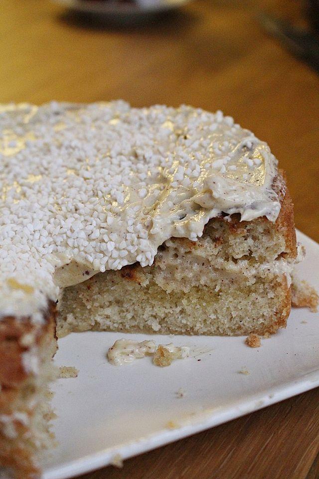 Imorgon är det kanelbullens dag! Varför inte fira med en supersaftig kaka som smakar precis som kanelbullar, fast SAFTIGARE! KANELBULLE KÄRLEKSMUMS 150 g smör 2 dl mjölk 6 ägg 4 dl socker 1 msk vanilj