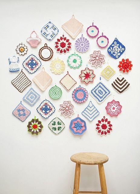 Heklede grytekluter, nostalgisk og nydelig dekorasjon på veggen. (Foto: joaobrando, Flikr/Pinterest) Håndarbeiden, Aftenbladet, grytekluter, potholders, hekling, crochet