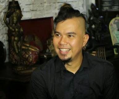 Silahkan Anda menilai apa yang dilakukan oleh musisi, Ahmad Dani. Lantaran kecewa dengan susunan Kabinet Kerja yang dibentuk oleh Presiden Jokowi, Dani membentuk Kementerian Seni dan Industri Kreatif.